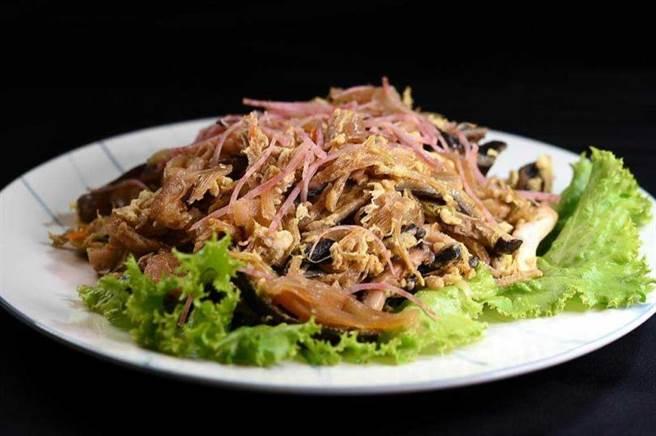 〈桂花魚翅〉是台菜經典老菜,也是費工手路菜,〈青葉〉菜單上仍有這道菜。(圖/工商時報姚舜攝)