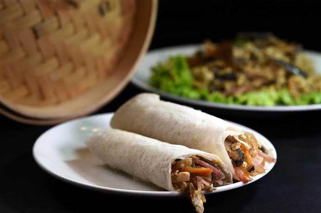 聽從股東楊麗花建議,〈青葉〉出〈桂花魚翅〉這道菜時會附上現蒸潤餅皮,客人可以包捲食材入餡,享受一菜二吃食趣。(圖/工商時報姚舜攝)