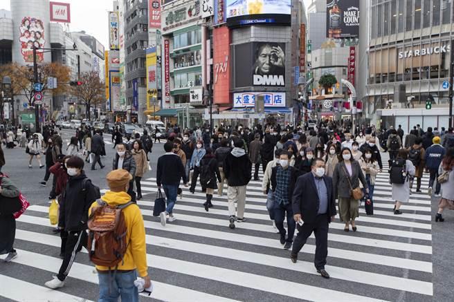疫情失控加上變種病毒入侵境內,日本擬定將於本月28日起全面禁止外國人入境。(圖/美聯社)