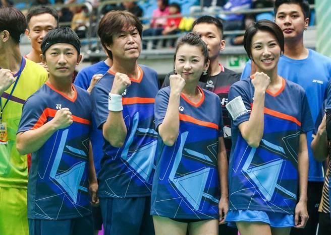 「超級達克盃」明星組對抗賽,藍隊隊長蔡昌憲(左起)率隊員吉董、六月、大牙拚比賽。(粘耿豪攝)
