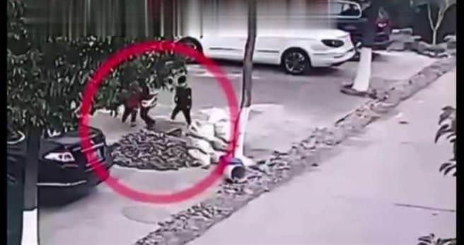 一名6旬殘疾老人奮勇跳井救男童的行為讓網友相當感動。(圖/翻攝《搜狐新聞》)