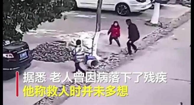 一名6旬殘疾老人奮勇跳井救男童,表示當下沒多想。(圖/翻攝《搜狐新聞》)