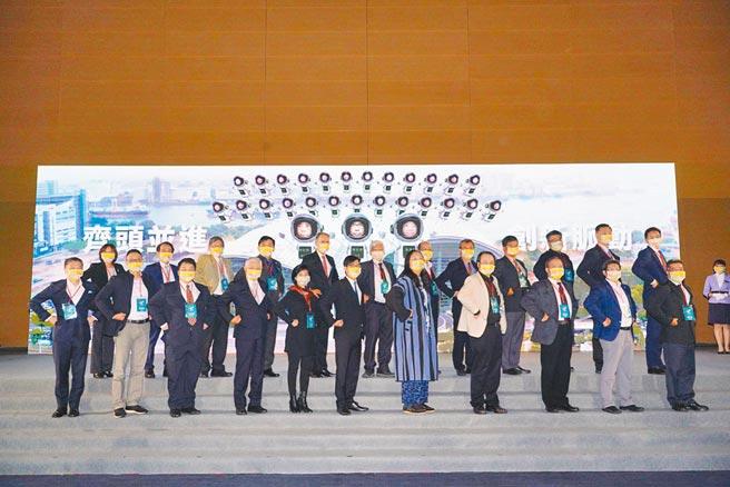高雄市長陳其邁(前排中)25日帶領高雄智慧城市隊正式成軍。圖/資策會國際處提供