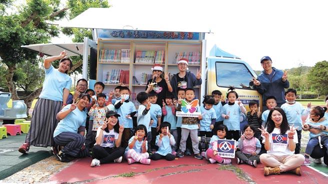 全聯佩樺基金會日前捐贈百萬行動書車給恆春基督教醫院,提供偏鄉孩童一個快樂閱讀的新場域。圖/基金會提供