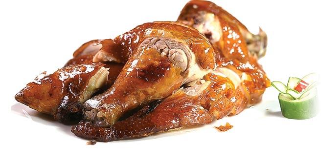 〈脆皮雞〉,雞皮金黃薄脆、裡肉柔嫩帶汁,烹製火候掌握精準到位。圖/姚舜