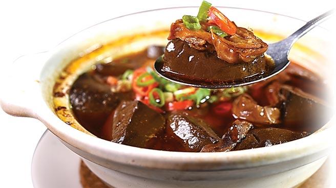 〈麻辣鴨血腸旺〉,是「五更腸旺」與「麻辣鴨血」的「新藝綜合體」,鴨血柔嫩入味,大腸滷煮得非常軟嫩。圖/姚舜