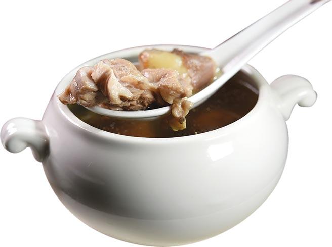 「港式例湯」,一律堅持只用蒸燉法烹製,所以湯汁雖濃鮮醇厚,但湯色卻清淺透明。圖/姚舜