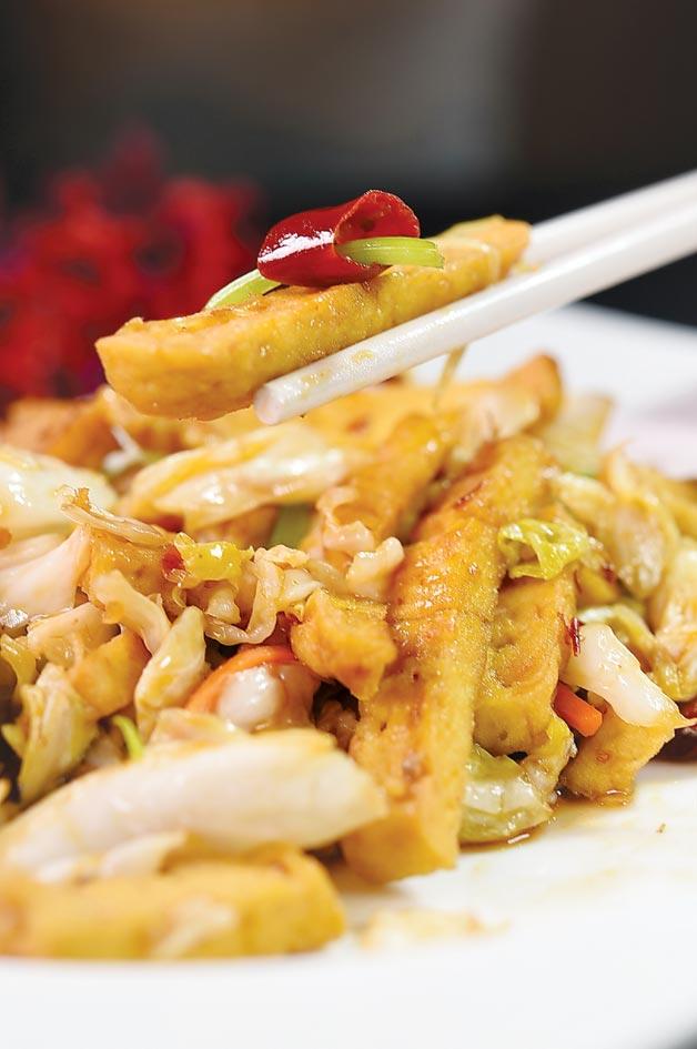 「無相」意指「讓你看不出來」。菜單上的〈無相豆腐〉刻意將深坑臭豆腐切成細長條狀,是一道開胃下飯的美食。圖/姚舜