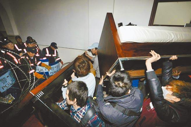 2014年3月23日,民眾闖入行政院院本部大樓,與警方對峙,將政務委員陳希舜辦公室家具搬出,阻隔警方靠近。(陳振堂攝)