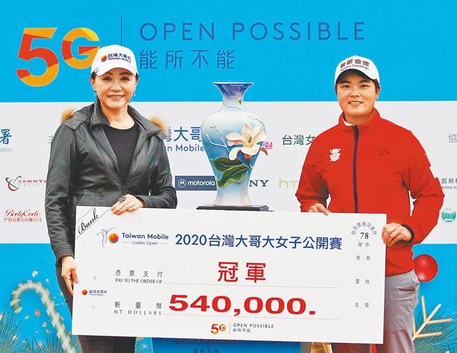 10年磨劍有成,錢珮芸(右)昨在台灣大哥大女子高球公開賽以8桿的絕對優勢輕鬆摘冠,這是她在國內首度奪下公開賽等級的冠軍,同時寫下今年台巡賽最大差距獲勝的紀錄。(樺暉整合行銷顧問有限公司提供)