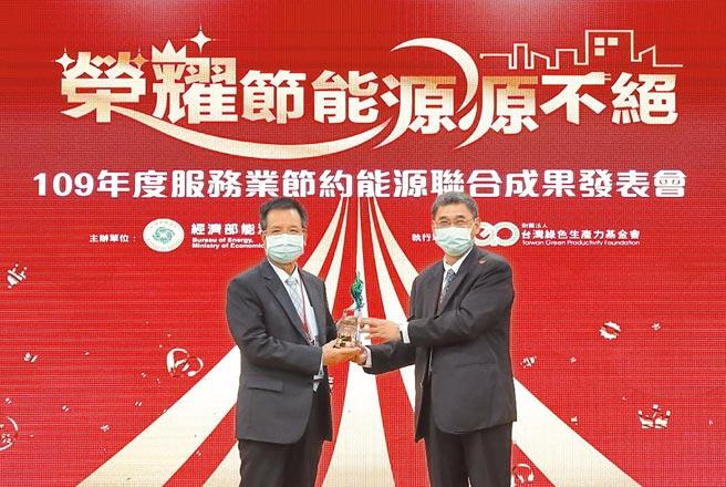 長庚行政中心簡宗益副總執行長(左)接受經濟部能源局李君禮副局長(右)頒獎。(長庚醫院提供)