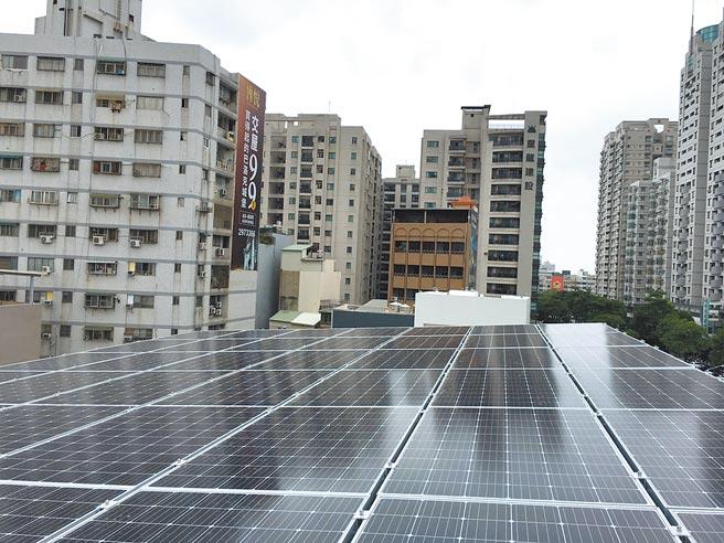 台南市政府大力推動5大屋頂型太陽光電,總設置容量已超過今年預期目標。(台南市政府經發局提供/莊曜聰台南傳真)
