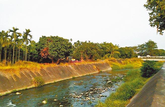 屏東潮州鎮明年初開始興建汙水下水道系統,水資中心(汙水處理廠)將蓋在圖中怪手處。(潘建志攝)