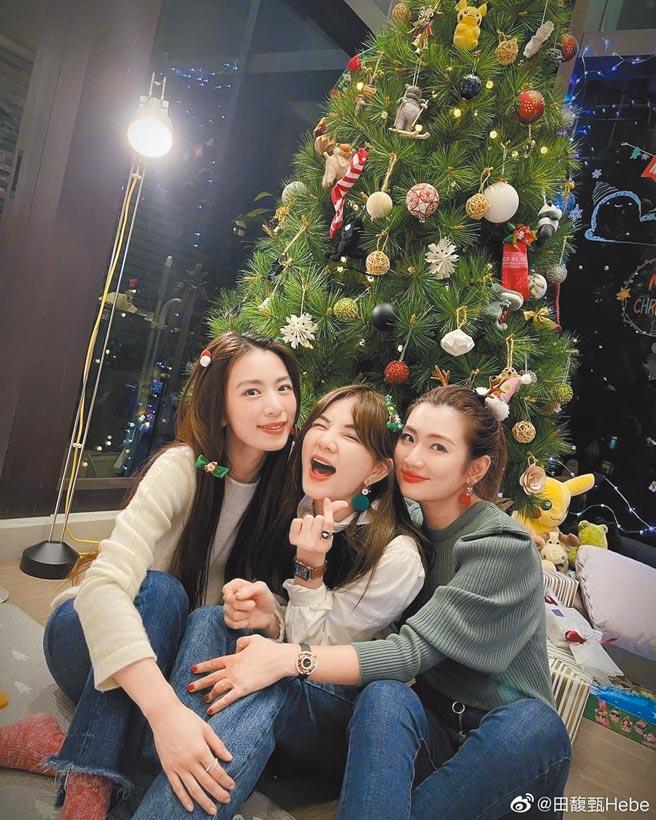 Ella(中)與Selina(右)、田馥甄在平安夜聚會,一起在家開心用餐。(摘自臉書)