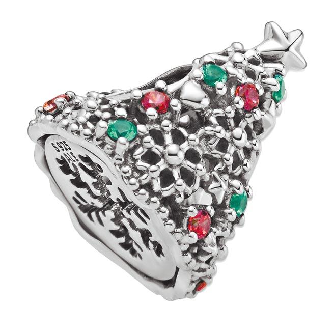 PANDORA銀飾款式眾多但數量少,季節一過即回收再製,減少浪費,耶誕樹銀飾2080元。(PANDORA提供)