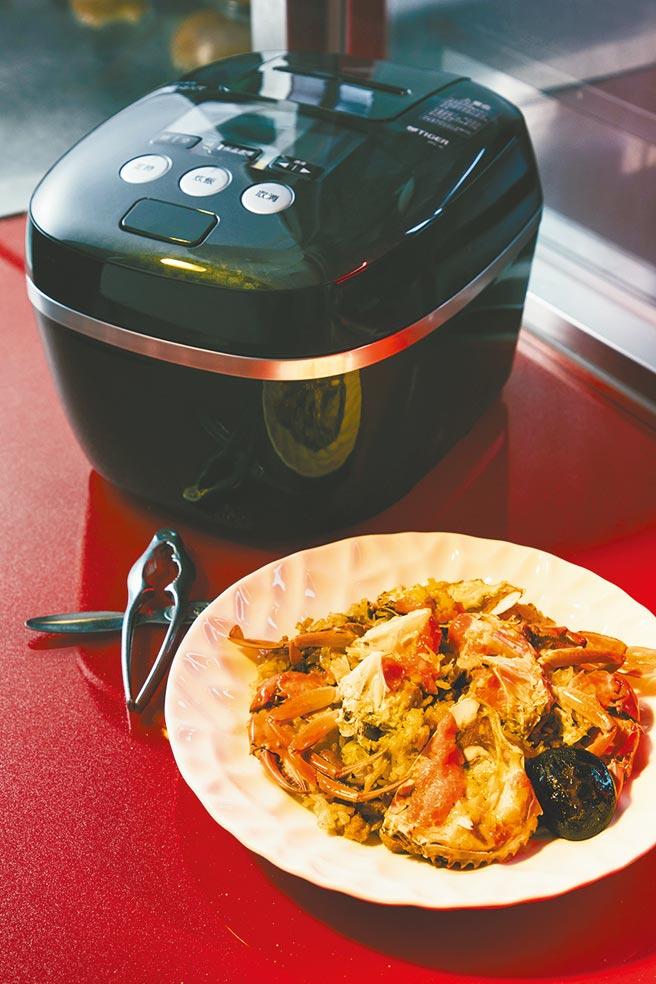 阿霞飯店紅蟳米糕,為阿霞飯店經典料理,選用蟹黃飽滿的紅蟳、上等的糯米、香菇、蝦米、台灣國產豬肉絲、蔥酥製成。(日本虎牌提供)
