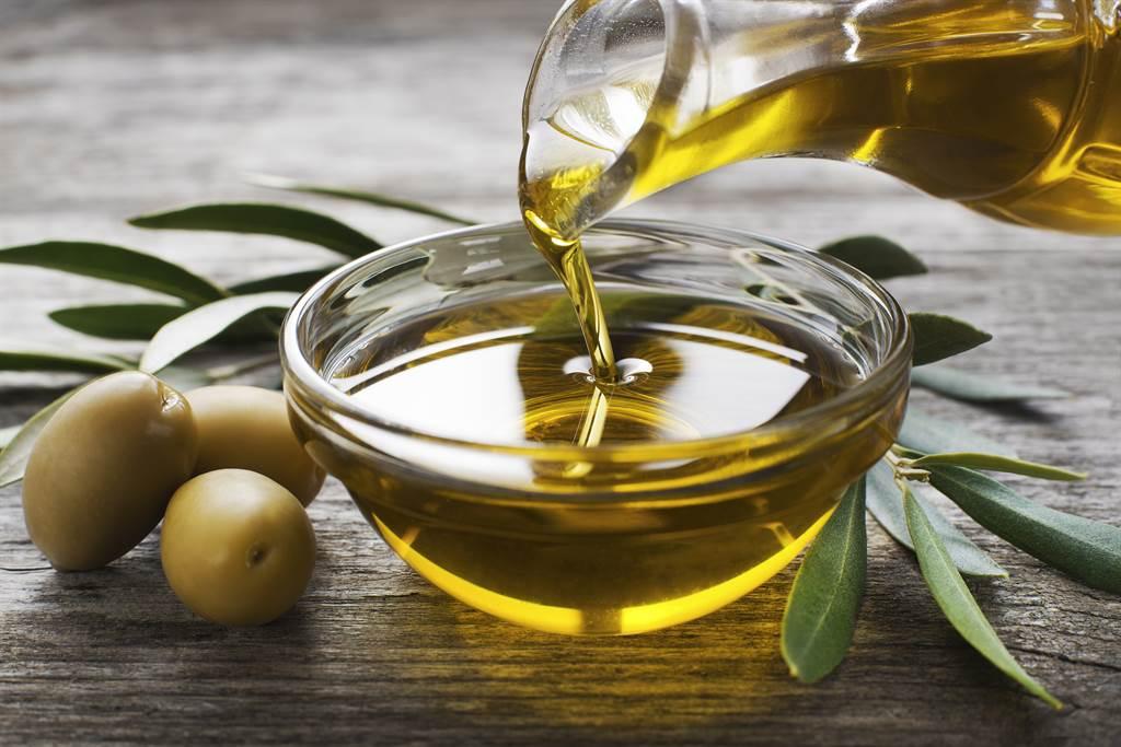哈佛大學發現,每天攝取半茶匙橄欖油的人,不但心臟較為健康,罹患心血管疾病的風險也降低15%,還擁有降低中風、膽固醇、血壓、抑制癌細胞等優點。(圖/Shutterstock)
