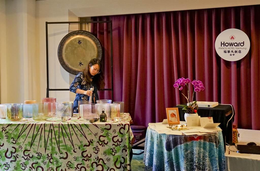 台中福華大飯店近年也在「跨年徹夜銅鑼浴」活動中融合了水晶缽表演。(台中福華大飯店提供)