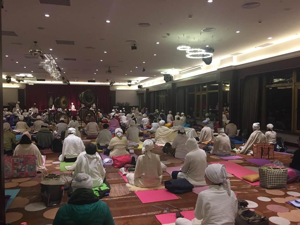 台中福華大飯店每年舉辦「跨年徹夜銅鑼浴」活動,都吸引許多民眾參與。(台中福華大飯店提供)