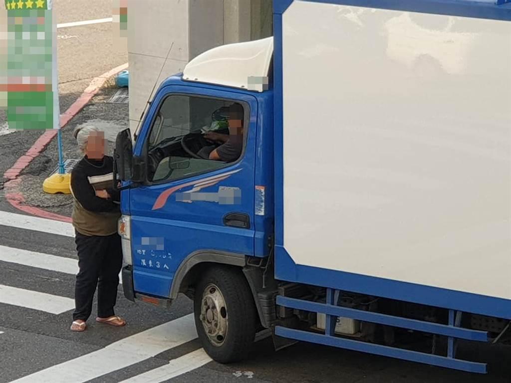 台南市25日有民眾目擊一位老婦人擋在小貨車前不離去,「肉身擋車」的畫面在網上掀起熱議。(臉書社團《台南爆料公社-台南最大社團》/蘇育宣翻攝)