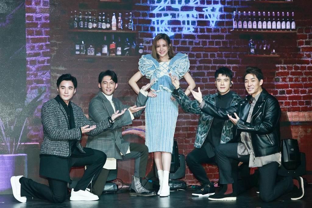 是元介(左起)、温昇豪、安心亚、JR纪言恺、蓝钧天在男人KTV演唱会唱〈製造浪漫〉。(拓骆娱乐提供