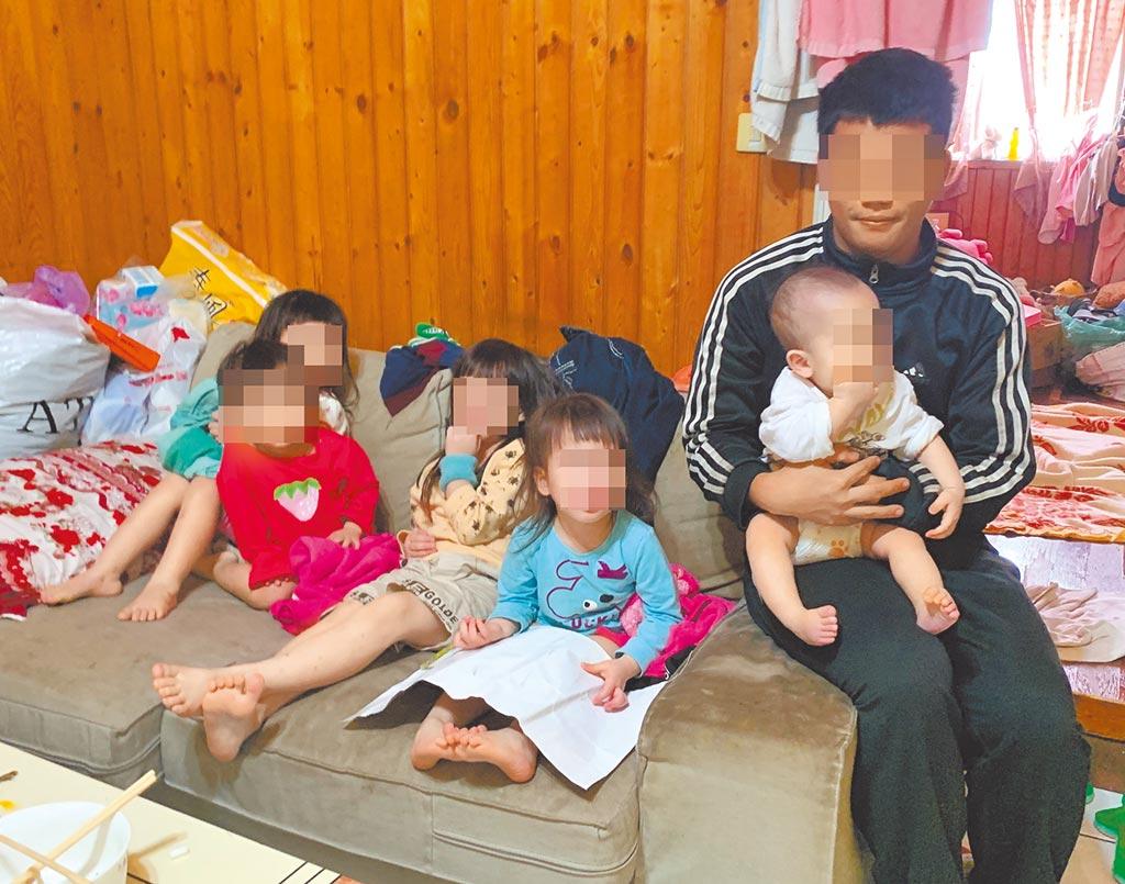 27歲的江姓男子,育有5個小孩,平安夜在臉書PO文指孩子發燒,沒錢看醫生要賣嬰兒推車籌錢,引起社福等單位關注。(台中市行善團協會提供/陳世宗台中傳真)