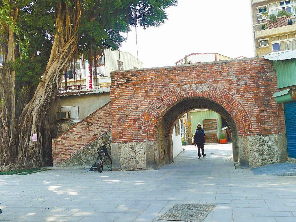 台南市政府2017年將台灣府城城門、城垣沿線整合提報為國定古蹟,日前獲文化部審議通過,早已是國定古蹟的兌悅門,是台南迄今唯一可供人車通行的城門。(曹婷婷攝)