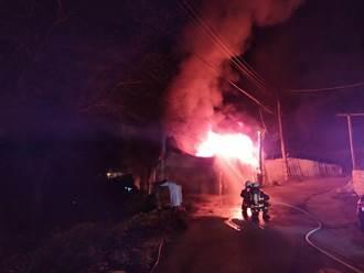 暗夜惡火燒塌台中香菇寮 門口存放柴油全燒光