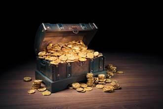 賞鳥瞥見土裡閃金光 男挖出千枚古幣值3100萬
