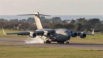 英國空軍C-17在黃土跑道降落 展示全球霸王良好性能