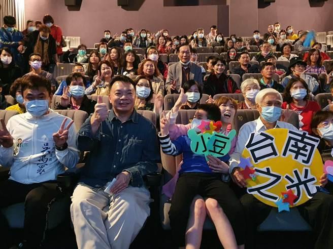 國民黨中常委高思博(左二)為電影《孤味》舉辦包場欣賞會。(高思博提供)
