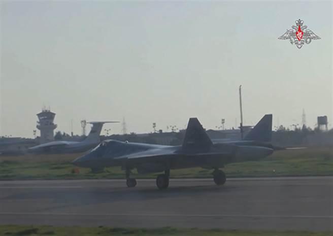 俄國航太軍接收首批Su-57。圖為日前Su-57走訪敘利亞。(圖/俄國國防部)