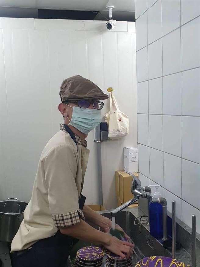 平祿壽司採用自動化洗濯系統可依照SOP操作,讓小恩在洗碗時能快速清洗分類。(盧金足攝)