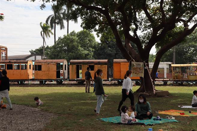 台南市新營鐵道地景公園二期工程27日辦理完工啟用典禮,現場安排了手作市集、野餐會及音樂表演,許多在地民眾攜家帶眷共度優閒的假日時光。(劉秀芬攝)