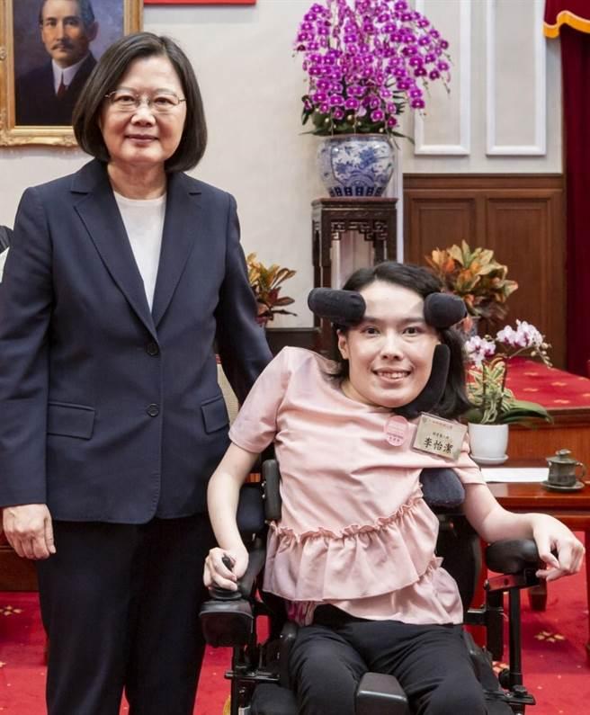 今年七月,李怡潔親自向總統蔡英文陳情,希望能替SMA病友爭取更多治療機會。(圖/李怡潔提供)
