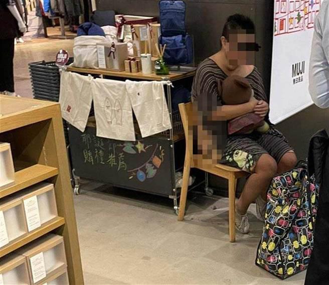 陳女在百貨公司行竊遭逮時,身著破爛衣不蔽體,連服務人員也覺得害羞。(讀者提供/程炳璋台南傳真)