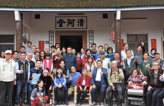 副總統賴清德27日造訪峨眉鄉,在具有百年歷史的張家清河堂,與在地民眾見面、會談,也了解被納入「樟之細道」的石峎步道的歷史。(莊旻靜攝)
