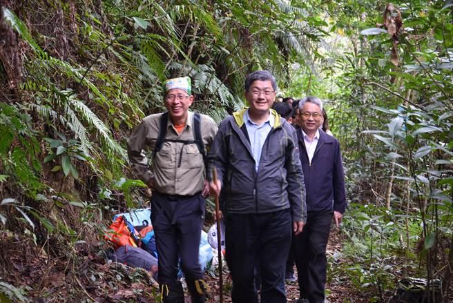 客委會主委楊長鎮(中)與步道達人劉克襄(左),陪同副總統賴清德走訪石峎步道。(莊旻靜攝)