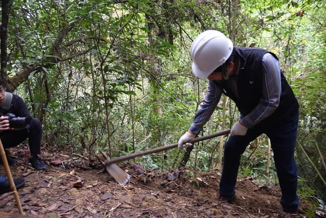 副總統賴清德在千里步道協會資深步道師引導下,親手參與步道修復的過程。(莊旻靜攝)