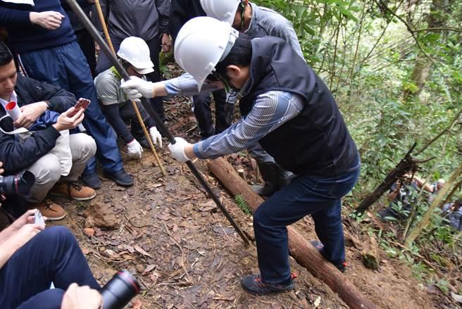 副總統賴清德(右)在千里步道協會資深步道師引導下,親手參與步道修復的過程。(莊旻靜攝)