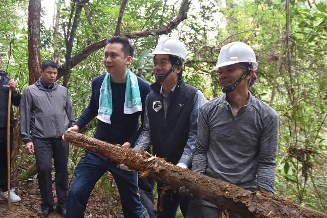 副總統賴清德(右二)在千里步道協會資深步道師引導下,親手參與步道修復的過程。(莊旻靜攝)