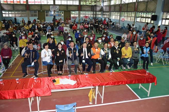 南庄慈善藥師羅重盛舉辦歲末送暖活動引來許多政界人士共襄盛舉。(謝明俊攝)