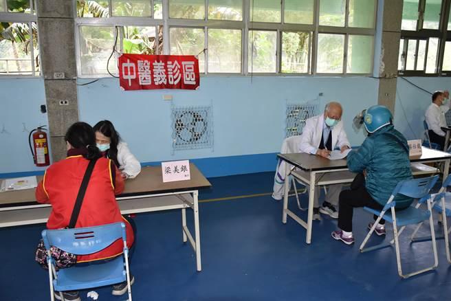 南庄慈善藥師羅重盛歲末送暖活動,現場並有中醫義診。(謝明俊攝)