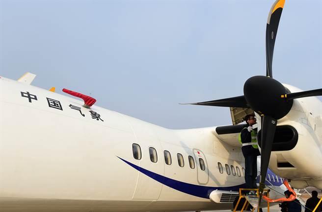 圖為長春吉林進行人工增雨抗旱協助春耕,為氣象飛機的造雨系統做飛行前檢測。(圖/新華社)