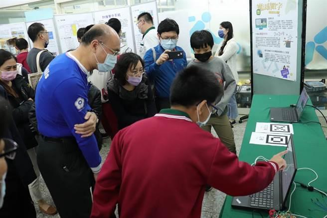 竹南君毅中學27日舉辦機械人戰隊成果發表會,展出多項人工智慧設計產品。(君毅中學提供/謝明俊苗栗傳真)