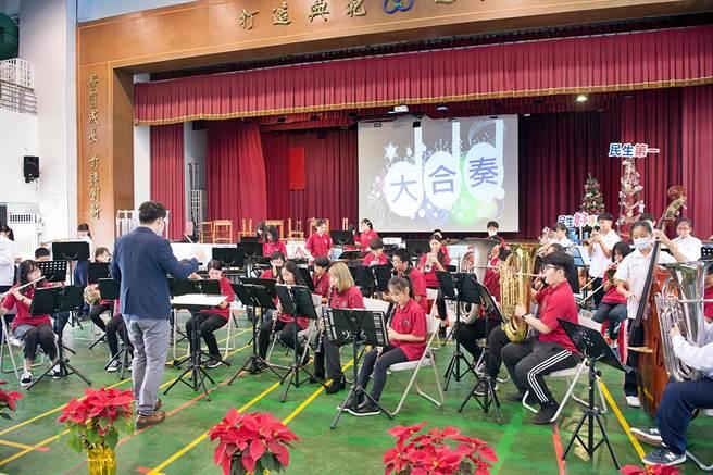 台北市民生國中與嘉義市民生國中同樣創校52周年,今27日兩校管樂團首度以音樂會友,一同演出。(嘉義市政府提供∕呂妍庭嘉義傳真)