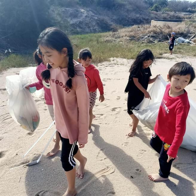 原住民小朋友開心加入淨灘,為金門新故鄉「美容」一下。(金湖鎮代陳向鑫提供)