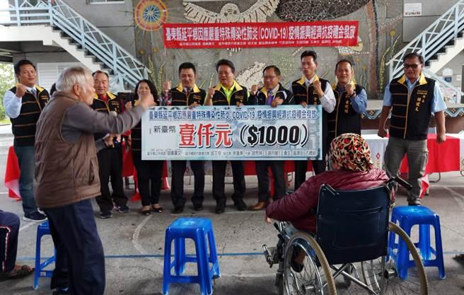 台東縣延平鄉發放抗疫禮金,村民領到1000元紅包,都非常開心。(莊哲權攝)