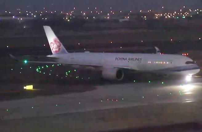 中華航空CI82自英國倫敦返台班機27日晚間17時30分許抵台。(陳麒全攝)