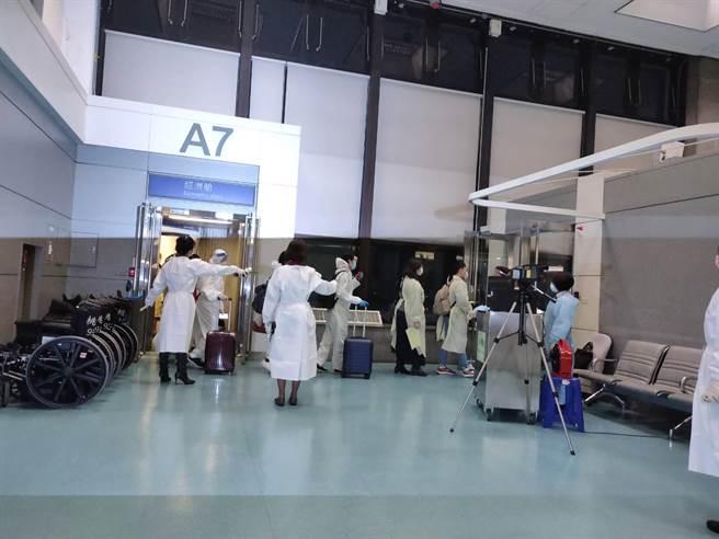 114名旅客自英返抵桃園機場,傳出有兩人體溫過高,經查只有一人發燒症狀。(陳麒全攝)